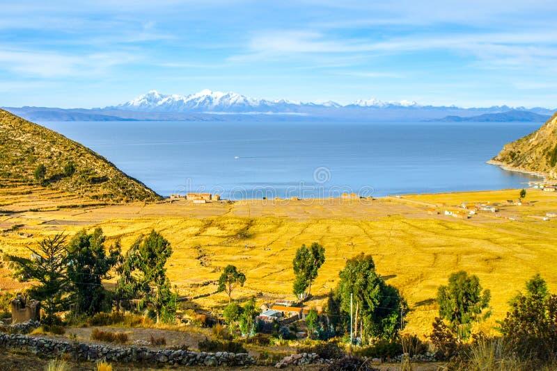 Взгляд озера и кордильер Titicaca реальных от острова Солнця - Isla del Sol, Боливии стоковые изображения