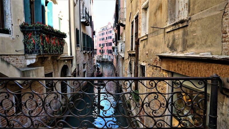 Взгляд одного из венецианских каналов от одного из мостов стоковое изображение