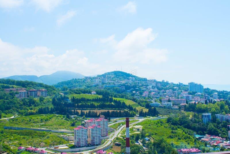 Взгляд от высоты города и гор Дома на ноге гор стоковая фотография rf