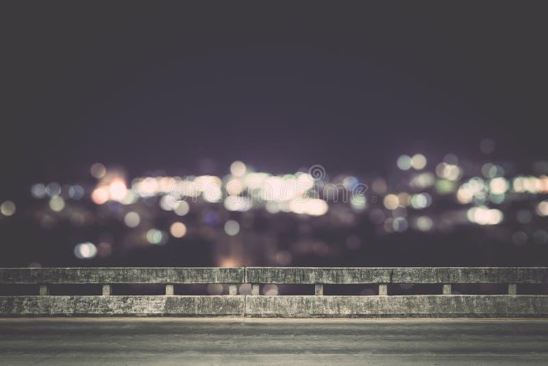 Взгляд от пустого конкретного моста над городком вечером стоковые изображения rf