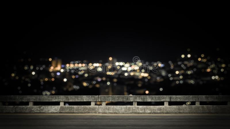 Взгляд от пустого конкретного моста над городком вечером стоковая фотография