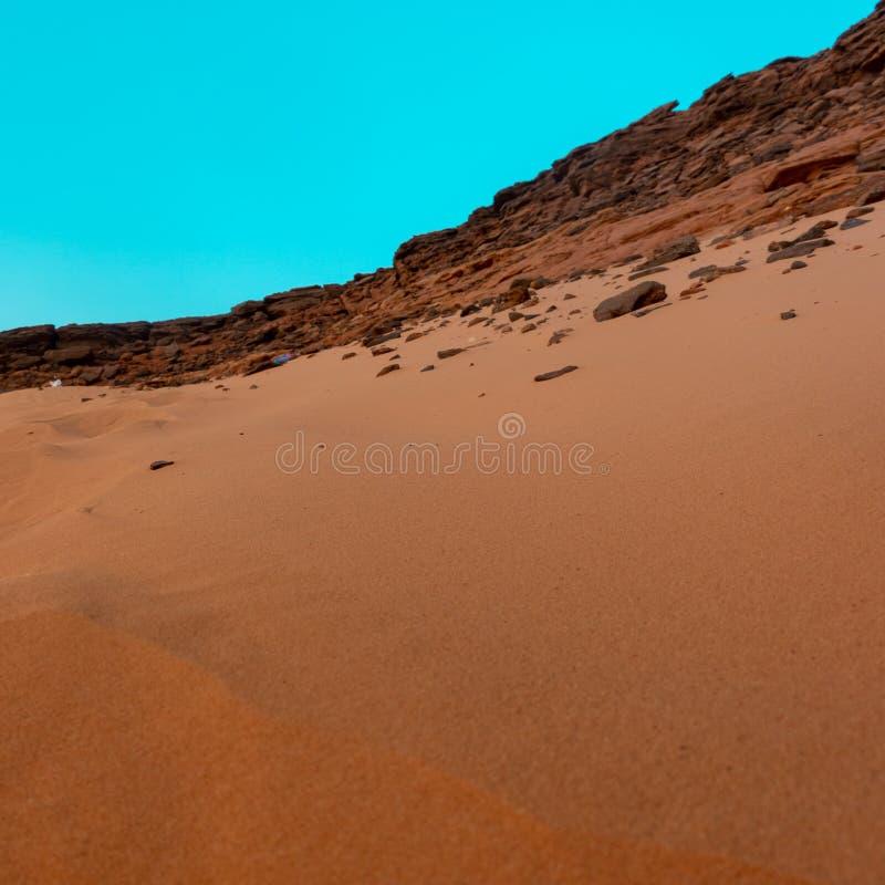 Взгляд от святой горы Jebal Barkal в Karima, перпендикуляре Судана к песчанной дюне на западном склоне с взбираться locals стоковое изображение rf