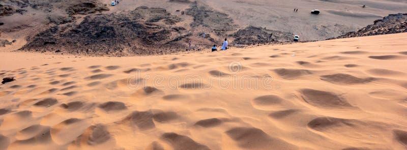 Взгляд от святой горы Jebal Barkal в Karima, перпендикуляре Судана к песчанной дюне на западном склоне с взбираться locals стоковые изображения