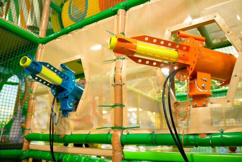 Взрывные устройства оружи пистолетов в игре и развлекательном центре детей стоковое изображение rf