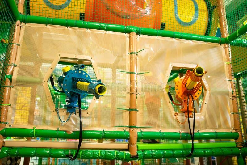 Взрывные устройства оружи детей в спортивной площадке развлечений стоковая фотография