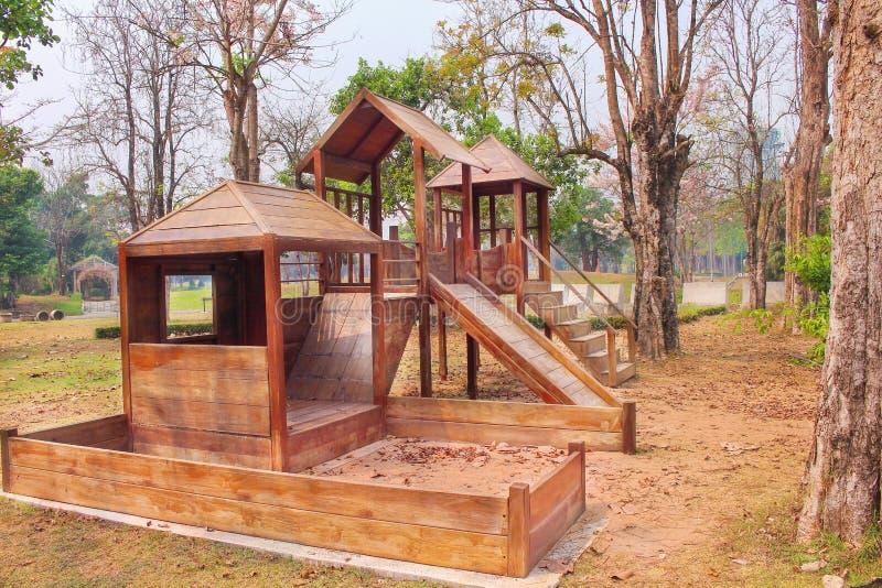 Винтажная деревянная спортивная площадка, отсутствие детей на предпосылке стоковое изображение rf