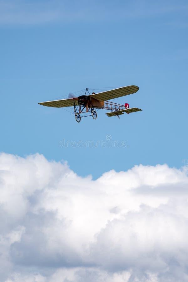 Винтажные воздушные судн Bleriot XI имеемые и управляемые Mikael Carlson стоковые фотографии rf