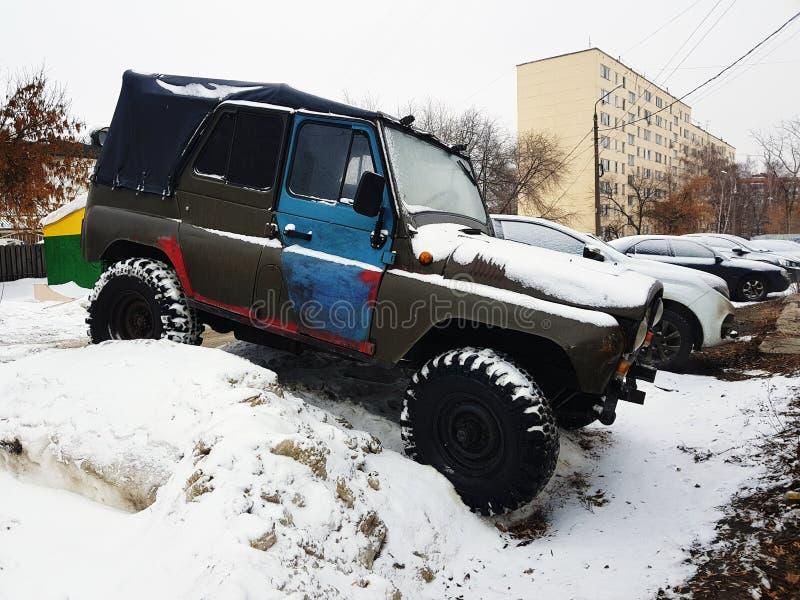 Винтажный автомобиль с тентом на снеге стоковые фото
