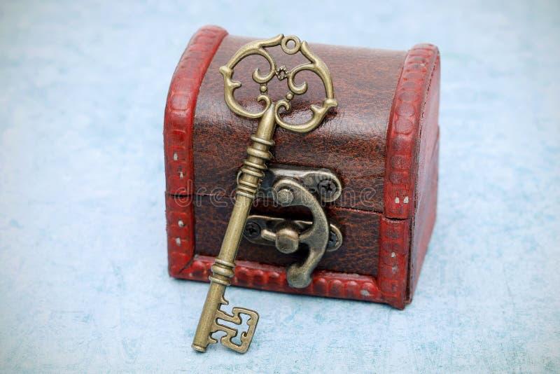 Винтажный ключ и старый сундук с сокровищами стоковая фотография rf