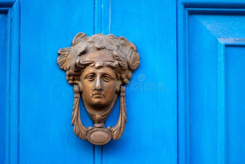 Винтажный старый бронзовый knocker двери в форме женской головы стоковое изображение rf