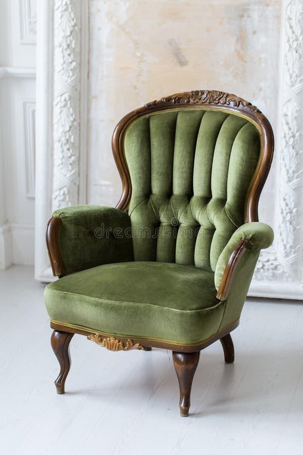 Винтажное кресло в зеленом цвете Стиль рококо Селективный фокус стоковое изображение rf