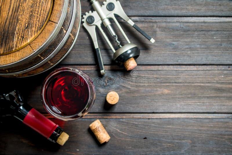 вино предпосылки стеклянное красное Бочонок красного вина со штопором стоковая фотография rf