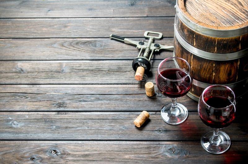 вино предпосылки стеклянное красное Бочонок красного вина со штопором стоковые изображения rf