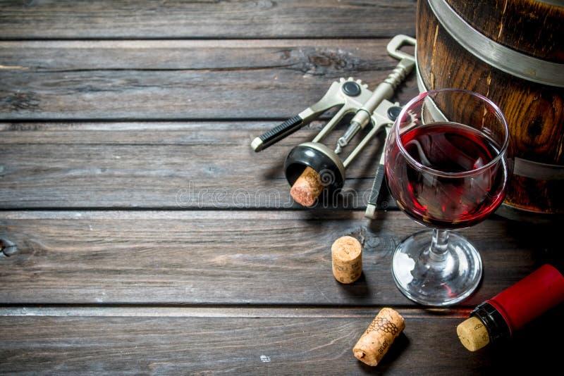 вино предпосылки стеклянное красное Бочонок красного вина со штопором стоковое фото
