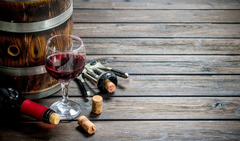 вино предпосылки стеклянное красное Бочонок красного вина со штопором стоковое изображение