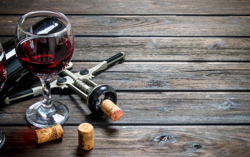 вино предпосылки стеклянное красное Красное вино со штопором стоковая фотография