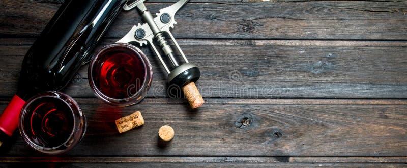 вино предпосылки стеклянное красное Красное вино со штопором стоковое изображение rf