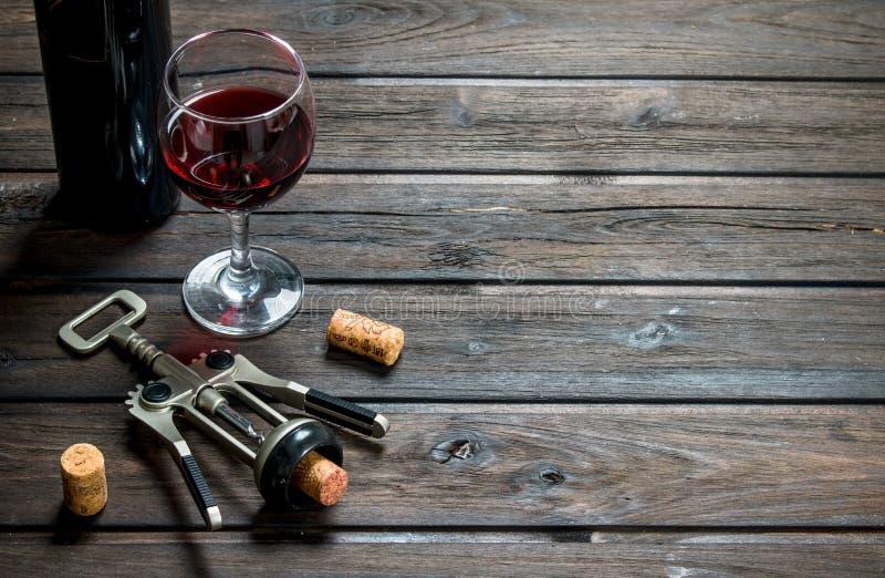 вино предпосылки стеклянное красное Красное вино со штопором стоковые изображения rf