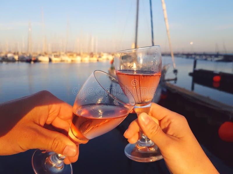 Вино провозглашать, предпосылка неба песка моря стоковое фото rf