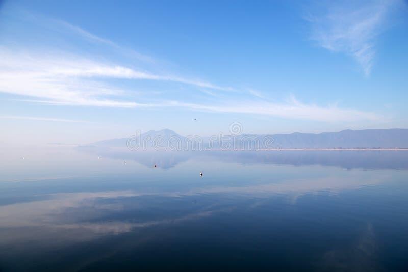 Вид на озеро Koycegiz в Турции Ландшафт озера с отражениями облака стоковое изображение rf