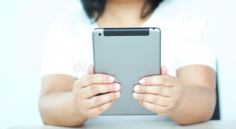 Вид спереди женщин держа планшет против белой предпосылки стоковое фото