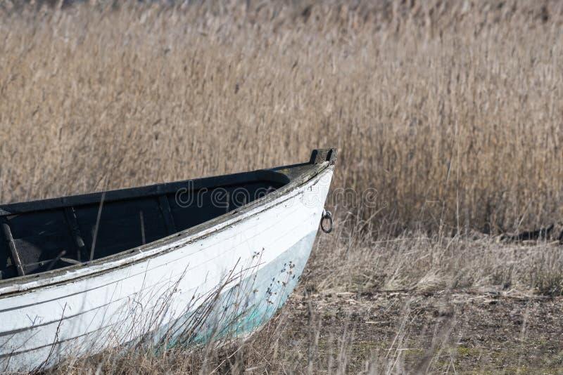 Вид спереди старой рыбацкой лодки стоковые фото