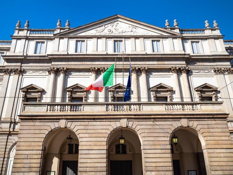 Вид спереди alla Scala Teatro дома Милан стоковые фотографии rf