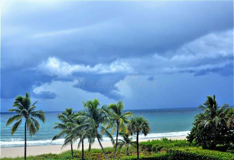 Вид спереди океана шторма заваривая с побережья Флориды стоковые фотографии rf