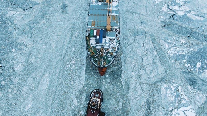 вид с воздуха Большие ветрила корабля через айсберг в зиме, конце-вверх стоковые изображения