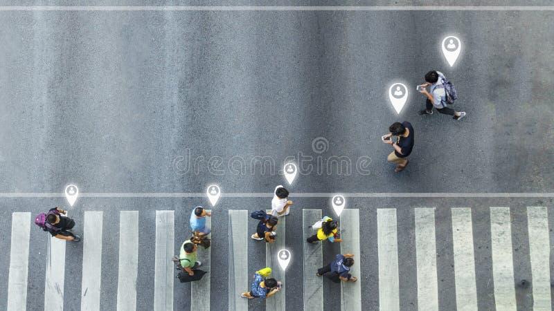 Вид с воздуха и взгляд сверху с человеком нерезкости с идти смартфона беседуют с занятым движением толпы города к пешеходному cro стоковая фотография rf