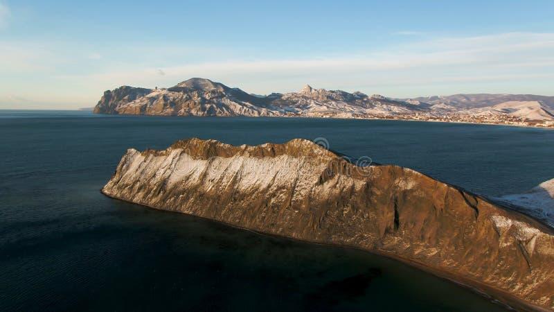 Вид с воздуха на краю побережья горы в Гренландии Вид с воздуха на снеге покрыл горы в Гренландии стоковое изображение rf