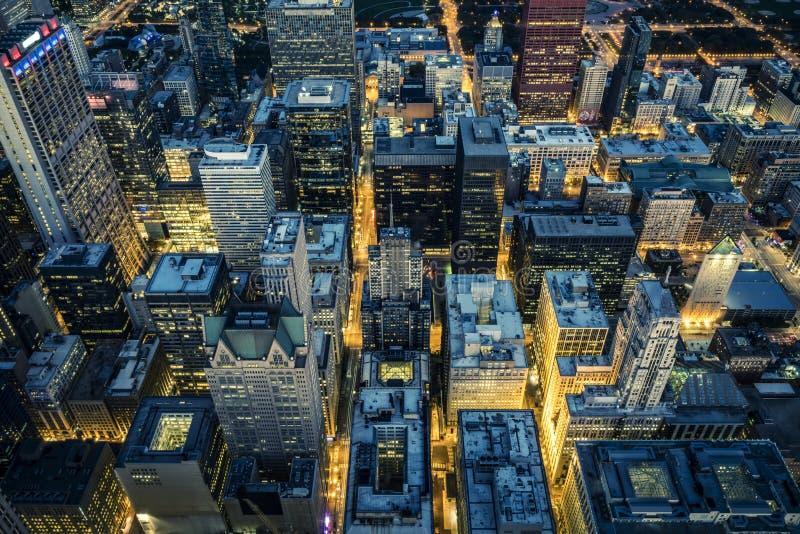 Вид с воздуха центра города Чикаго к ночь стоковые изображения rf