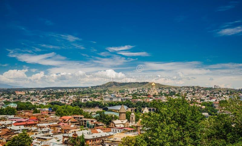 Вид с воздуха от верхней части на крышах старого города Тбилиси стоковые фото