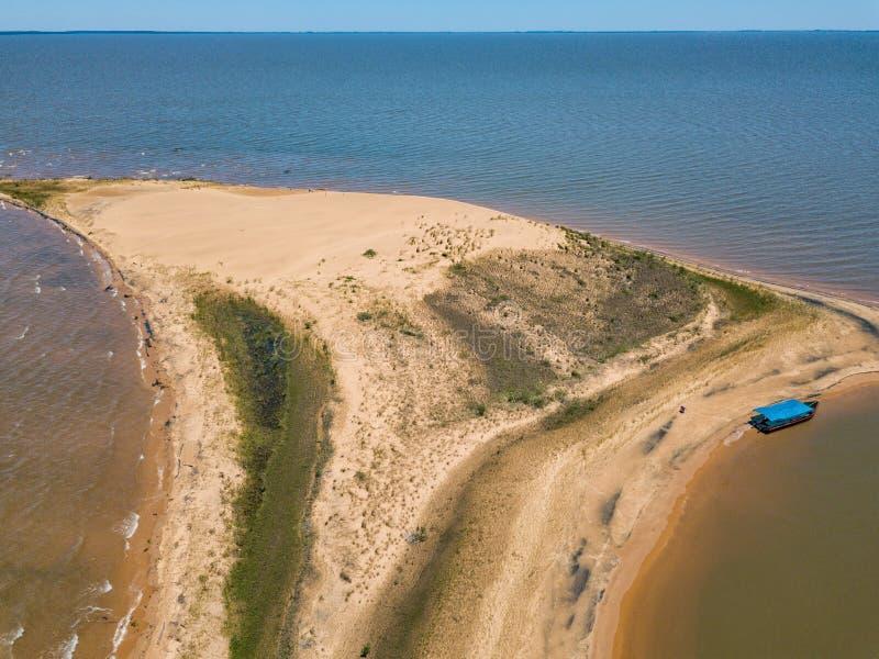 """Вид с воздуха от высоты 50 метров, от острова """"Las Dunas de Сан Cosme y Damian """"дюны в середине Рио Parana стоковая фотография"""