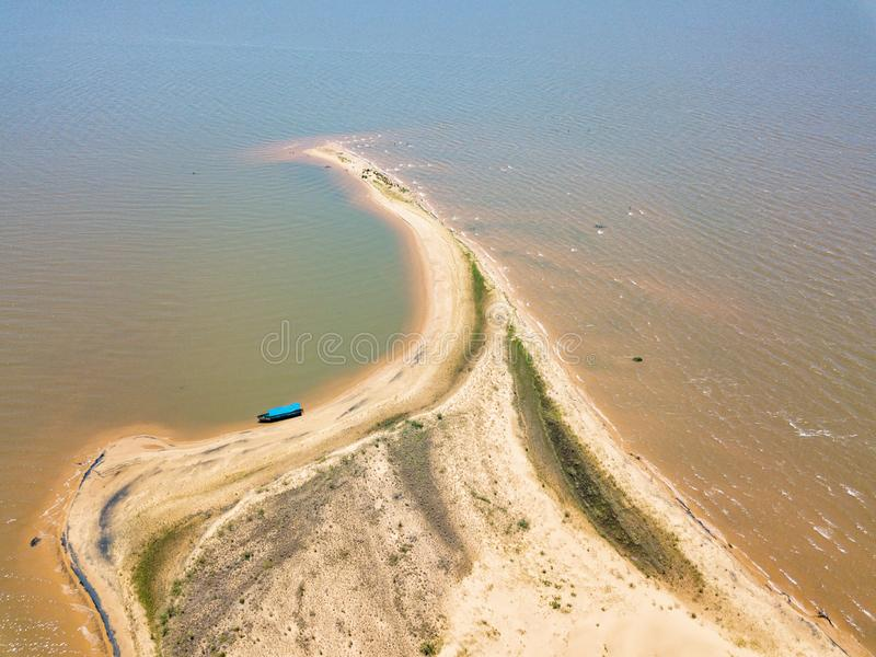 """Вид с воздуха от высоты 105 метров, от острова """"Las Dunas de Сан Cosme y Damian """"дюны в середине Рио Parana стоковое фото rf"""