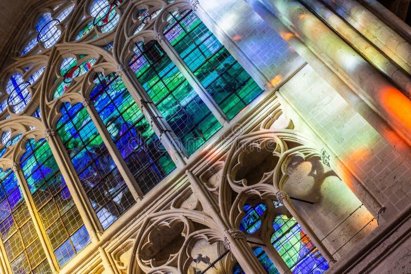 Витражи в соборе Gatien Святого стоковые фотографии rf