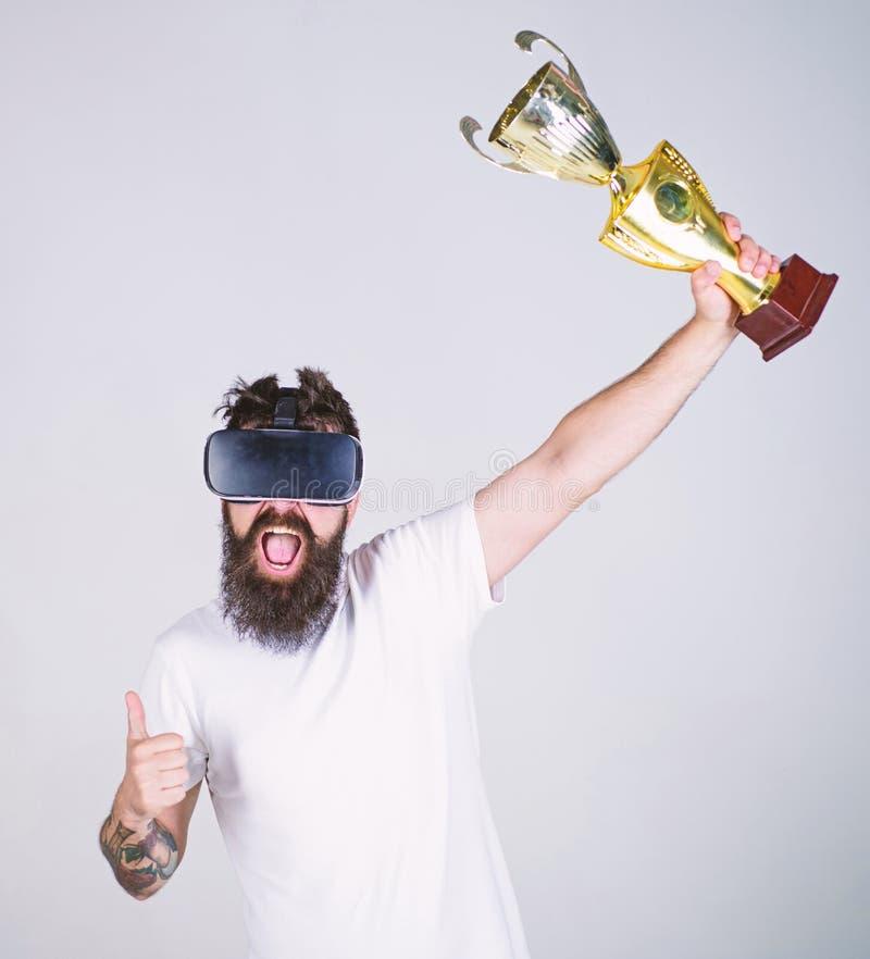 Виртуальная концепция победы Битник на счастливой виртуальной реальности пользы стороны для достижений Человек с бородой в стекла стоковое фото rf