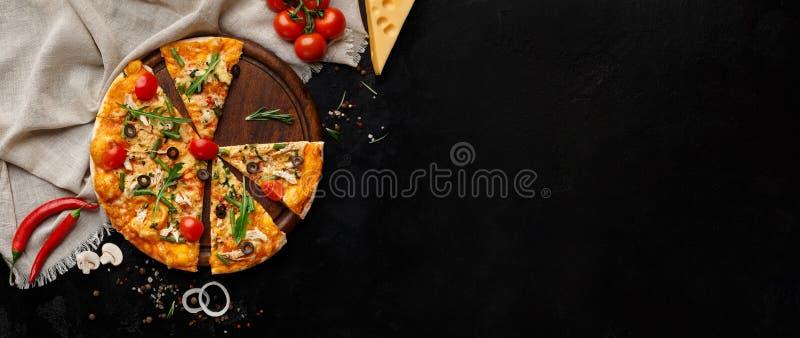 Вкусная пицца с овощами и травами на разделочной доске стоковые фото