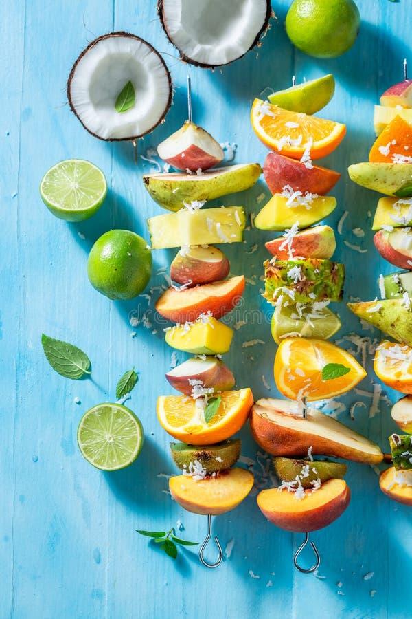 Вкусные протыкальники со смешиванием плодов для закуски стоковое изображение