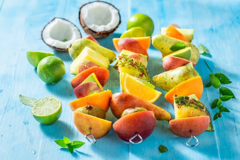 Вкусные протыкальники со смешиванием плодов для партии стоковое изображение