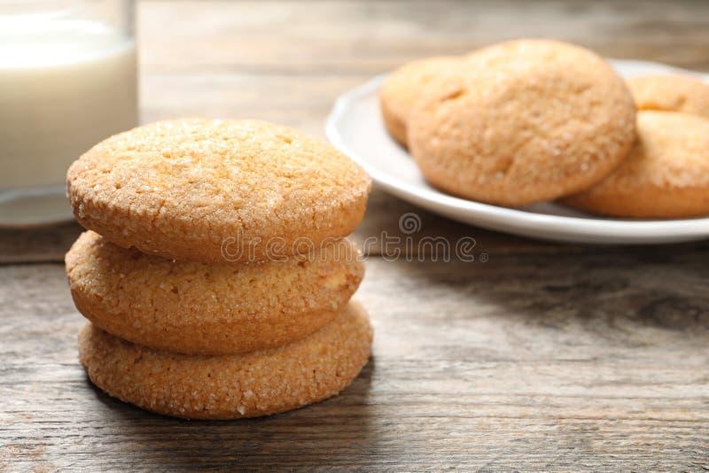 Вкусные датские печенья и молоко масла на деревянном столе стоковое изображение