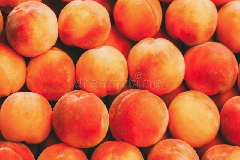 Вкусный конец персика вверх по предпосылке плода на местном рынке стоковое изображение rf