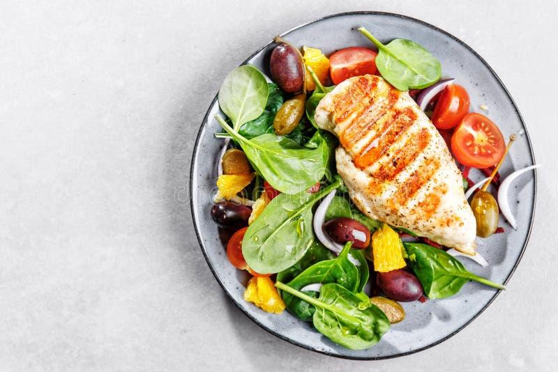 Вкусный свежий салат с цыпленком и овощами стоковое изображение rf