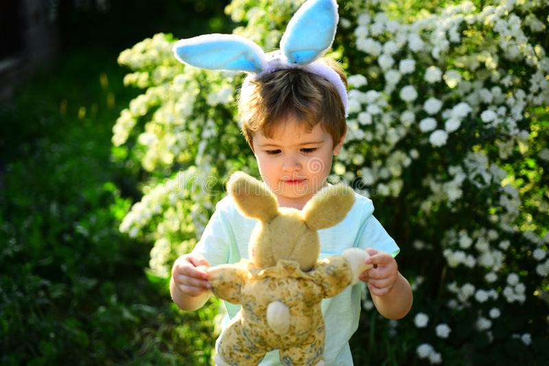 Влюбленность пасха Праздник семьи Ребенок мальчика в зеленом лесе счастливой пасхе Детство Ребенк кролика с ушами зайчика зайцы стоковые фото