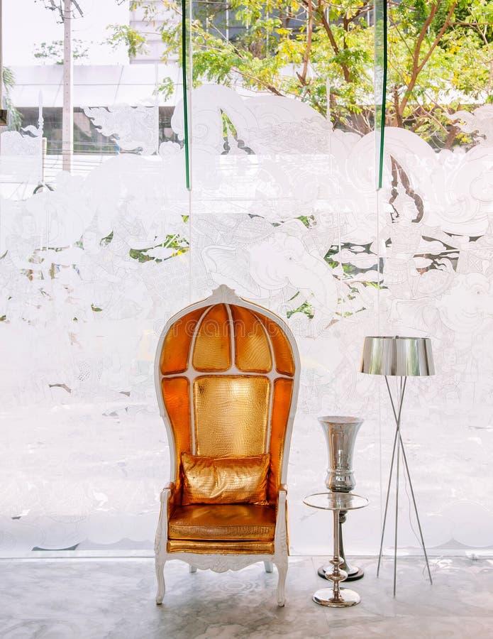 Внутреннее винтажной элегантности роскошное, кожаное кресло с лампой пола в лобби гостиницы стоковая фотография rf