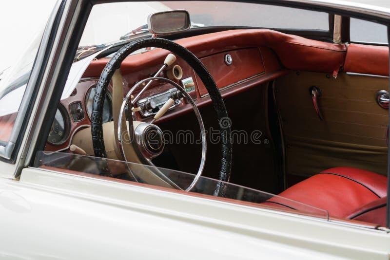 Внутренний взгляд винтажного автомобиля стоковые изображения