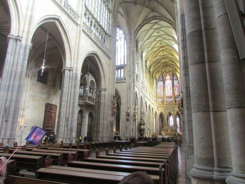 Внутренний взгляд церков St Vitus в Праге, чехии стоковое изображение