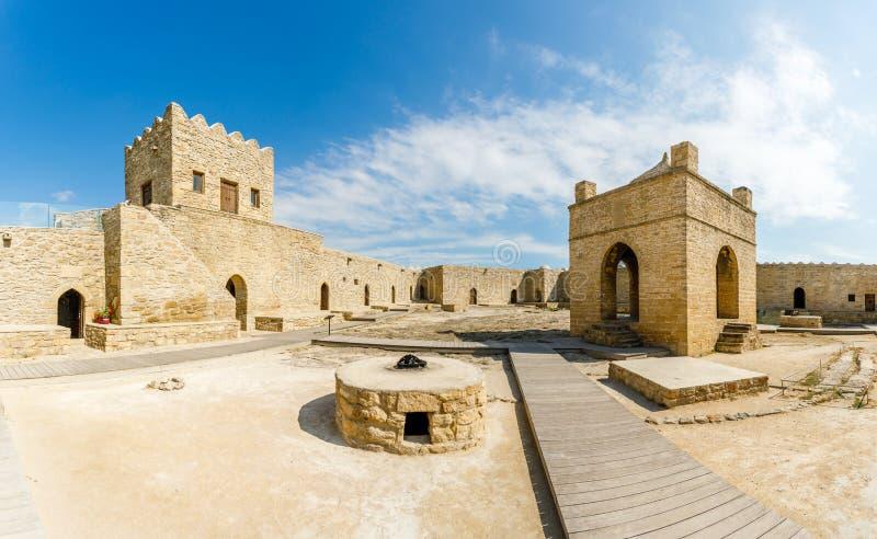 Внутренний двор старого каменного виска Atashgah, Zoroastrian места поклонения огня, Баку стоковое фото rf