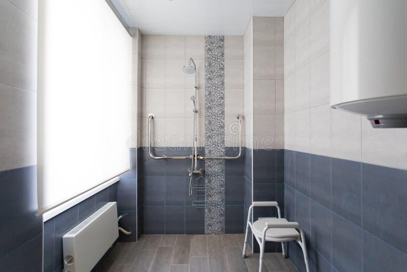 Внутренний bathroom для людей с инвалидностью стоковые фотографии rf