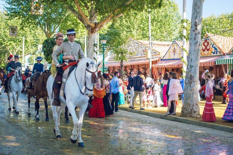 Всадники и люди одели в традиционных костюмах наслаждаются ярмаркой в апреле Севилья Справедлив Feria de Севилья стоковое фото rf